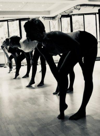 Gruppe tanzender junger Frauen